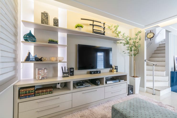 Sala de estar e TV: Salas multimídia  por Lo. interiores