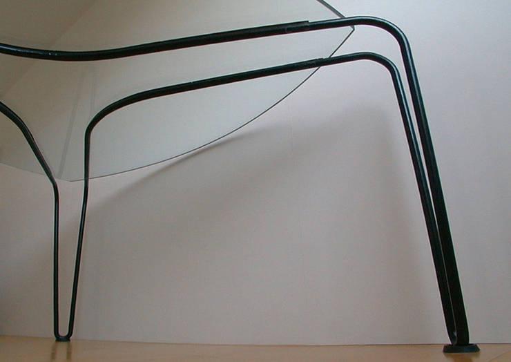ストリング・テーブル: 工藤智央建築研究所が手掛けたリビングルームです。