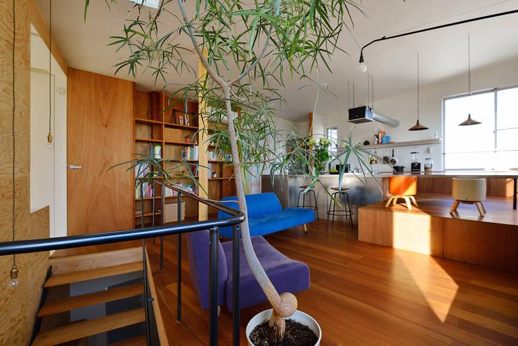 HOUSE  S: アーキライン一級建築士事務所が手掛けたリビングです。