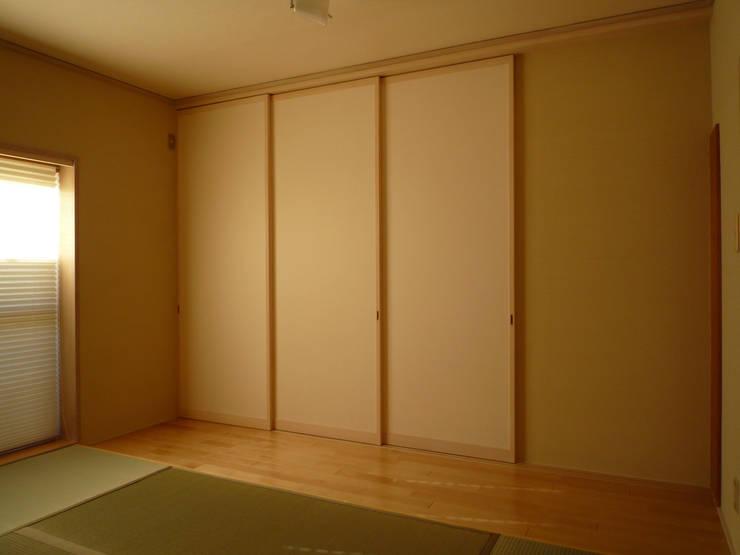 光と空気の改修: 株式会社相田土居設計が手掛けたリビングです。,モダン