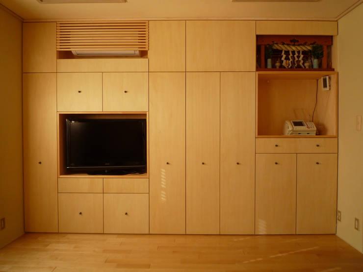 光と空気の改修: 株式会社相田土居設計が手掛けたリビングです。