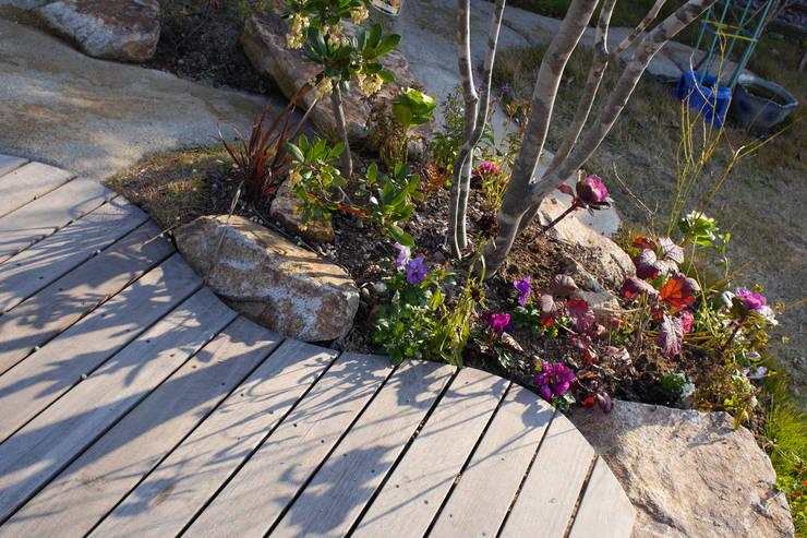 ハウスbetweenデッキの庭 - 写真02: 平山庭店が手掛けた庭です。,