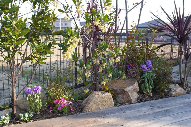 ハウスbetweenデッキの庭 - 写真04: 平山庭店が手掛けた庭です。,