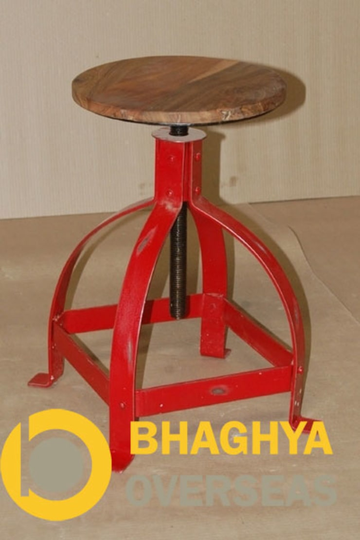 INDUSTRIAL IRON & WOOD STOOL:  Living room by BHAGHYA OVERSEAS
