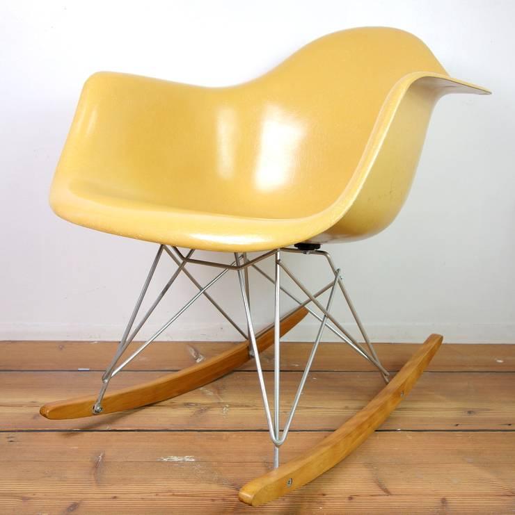 RAR(Rocking Armchair Rod Base): Mid-Century MODERN Furniture & Objectが手掛けたリビングルームです。,
