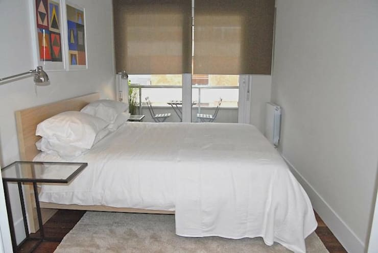 REFORMA Y DECORACIÓN DE UN APARTAMENTO A CAPRICHO EN PLENO CENTRO DE SAN SEBASTIAN: Dormitorios de estilo moderno de EKIDAZU