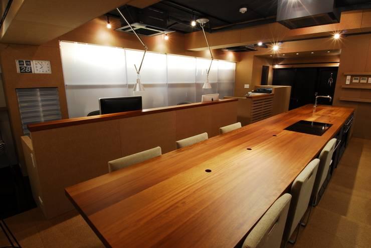 ミーティングテーブル&ダイニングテーブル: ミズタニ デザイン スタジオが手掛けたキッチンです。