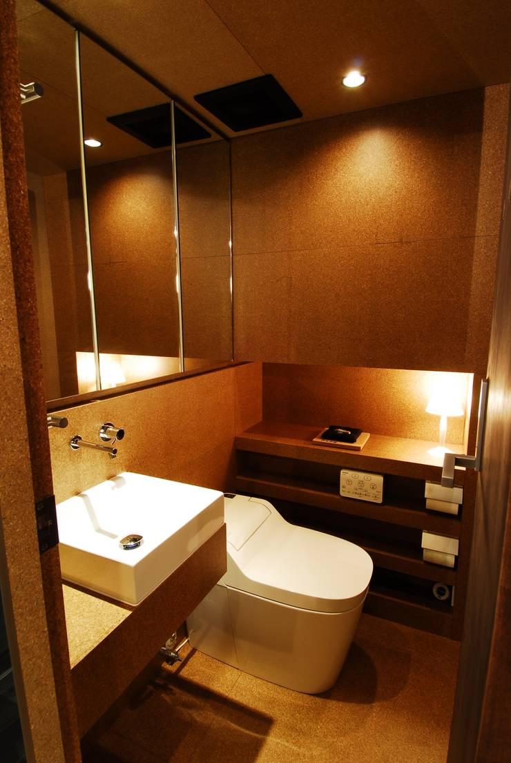 トイレ: ミズタニ デザイン スタジオが手掛けた浴室です。