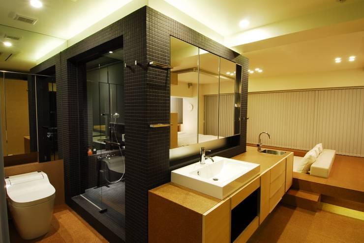 サニタリー: ミズタニ デザイン スタジオが手掛けた浴室です。