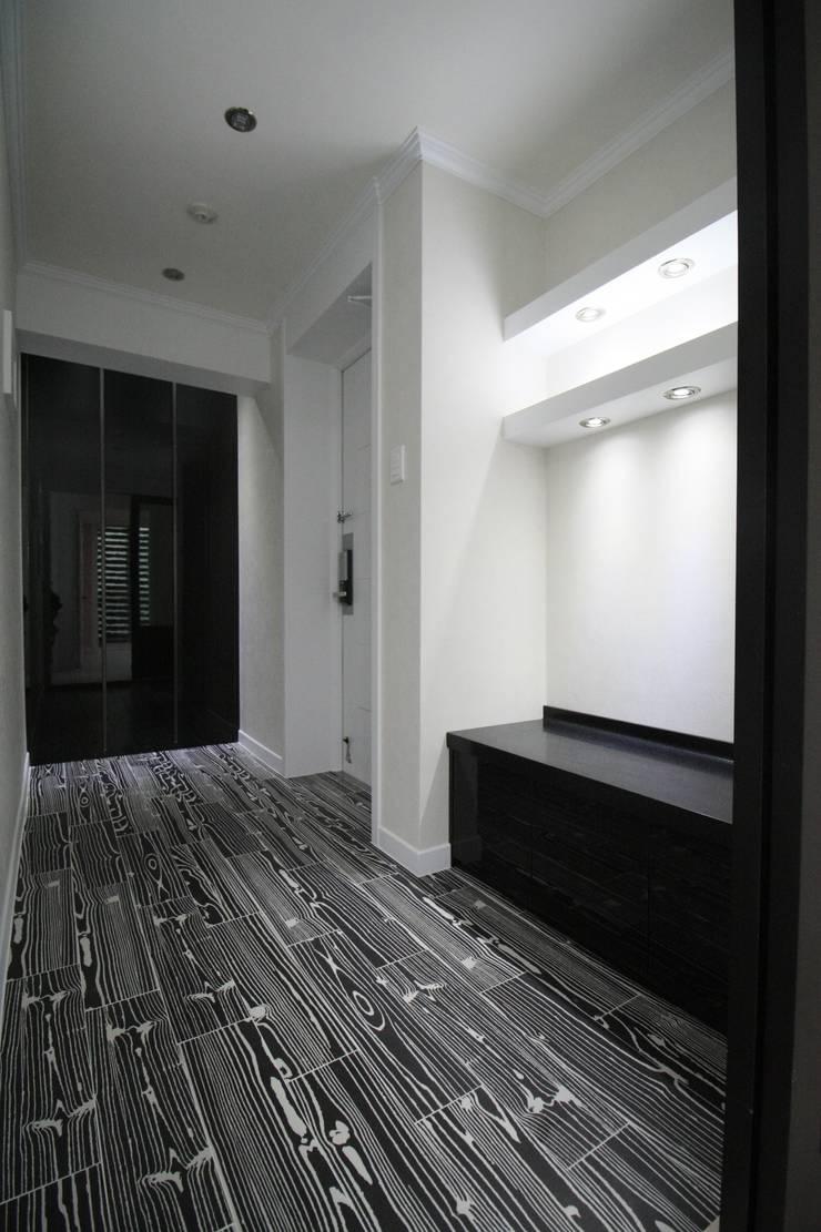정왕동 32평 블랙&화이트 인테리어 : Old & New Interior의  베란다