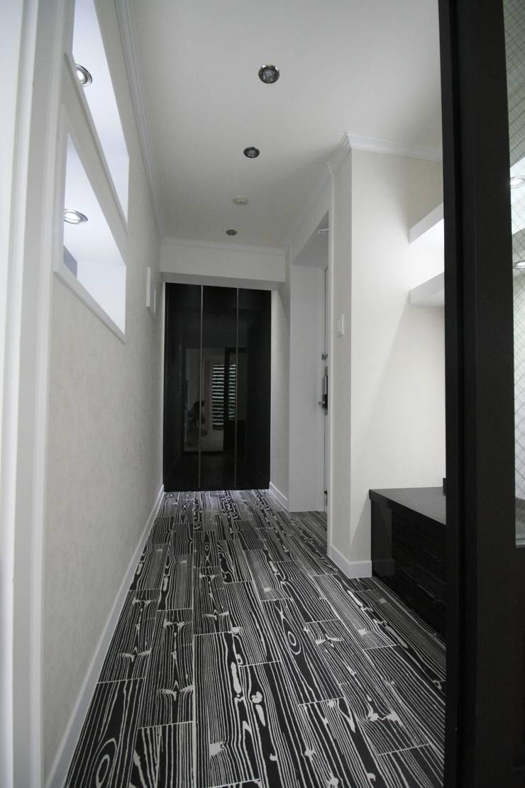 정왕동 32평 블랙&화이트 인테리어 : Old & New Interior의  방