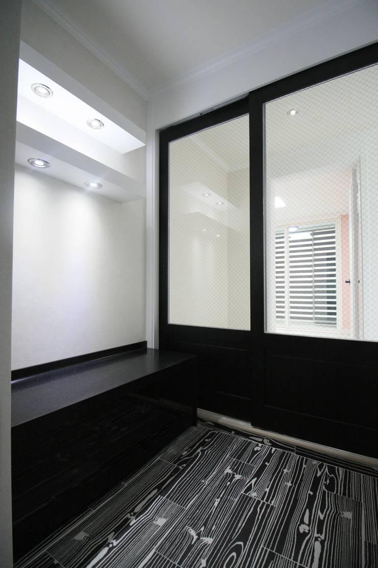 정왕동 32평 블랙&화이트 인테리어 : Old & New Interior의  복도 & 현관