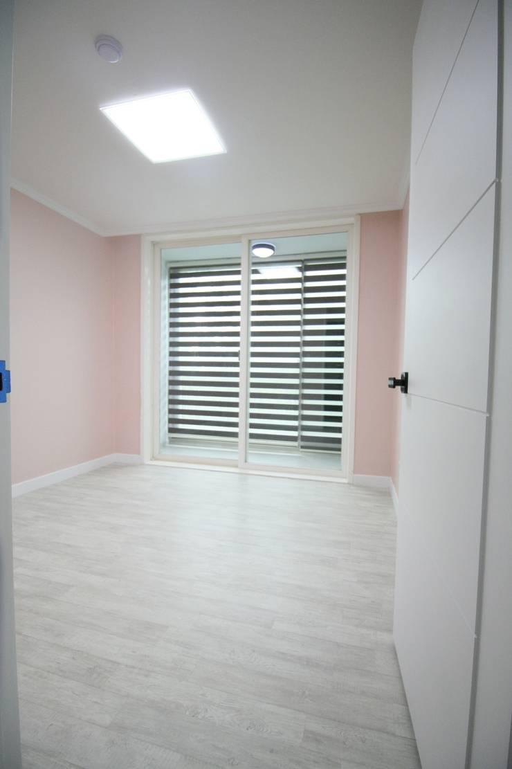 정왕동 32평 블랙&화이트 인테리어 : Old & New Interior의  침실