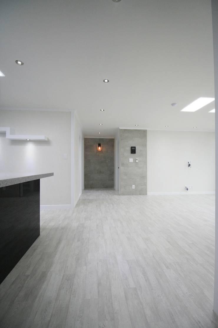 정왕동 32평 블랙&화이트 인테리어 : Old & New Interior의  다이닝 룸