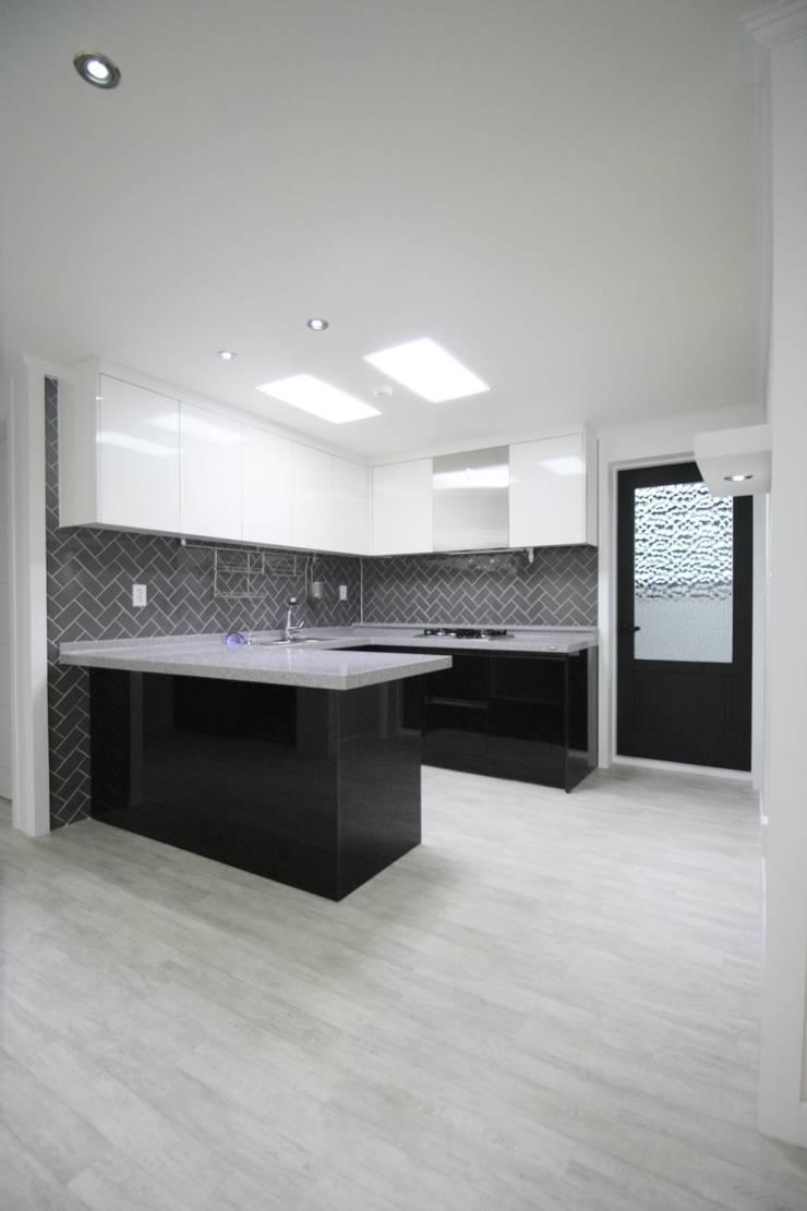 정왕동 32평 블랙&화이트 인테리어 : Old & New Interior의  주방