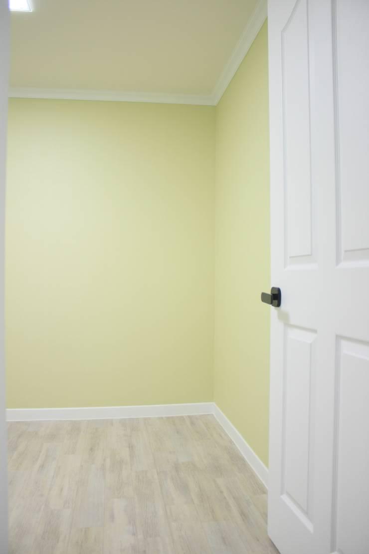 정왕동 한일 아파트 21평 블랙&화이트 인테리어 : Old & New Interior의  침실,