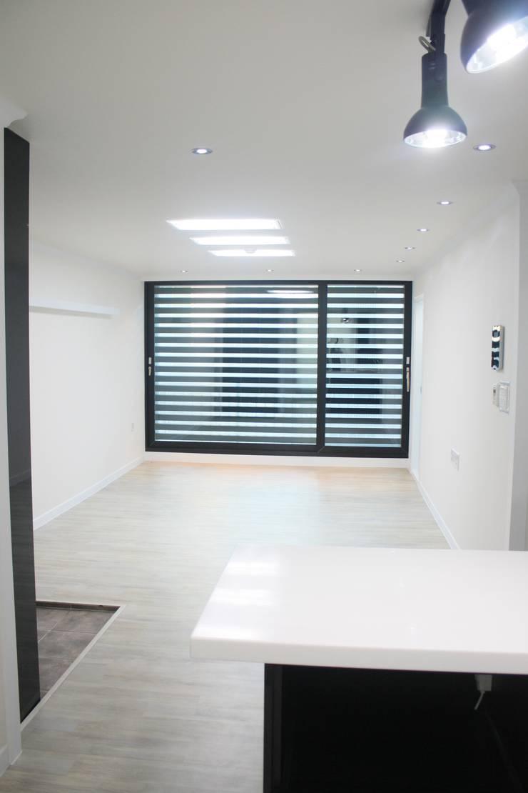 정왕동 한일 아파트 21평 블랙&화이트 인테리어 : Old & New Interior의  거실,