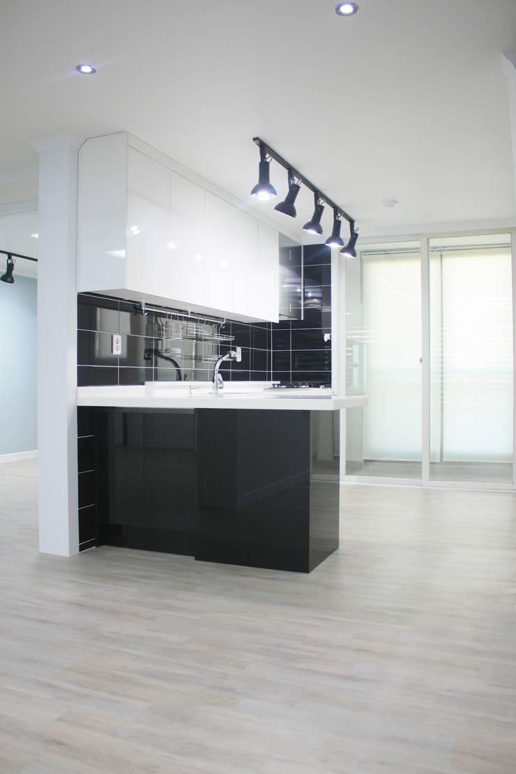 정왕동 한일 아파트 21평 블랙&화이트 인테리어 : Old & New Interior의  다이닝 룸,