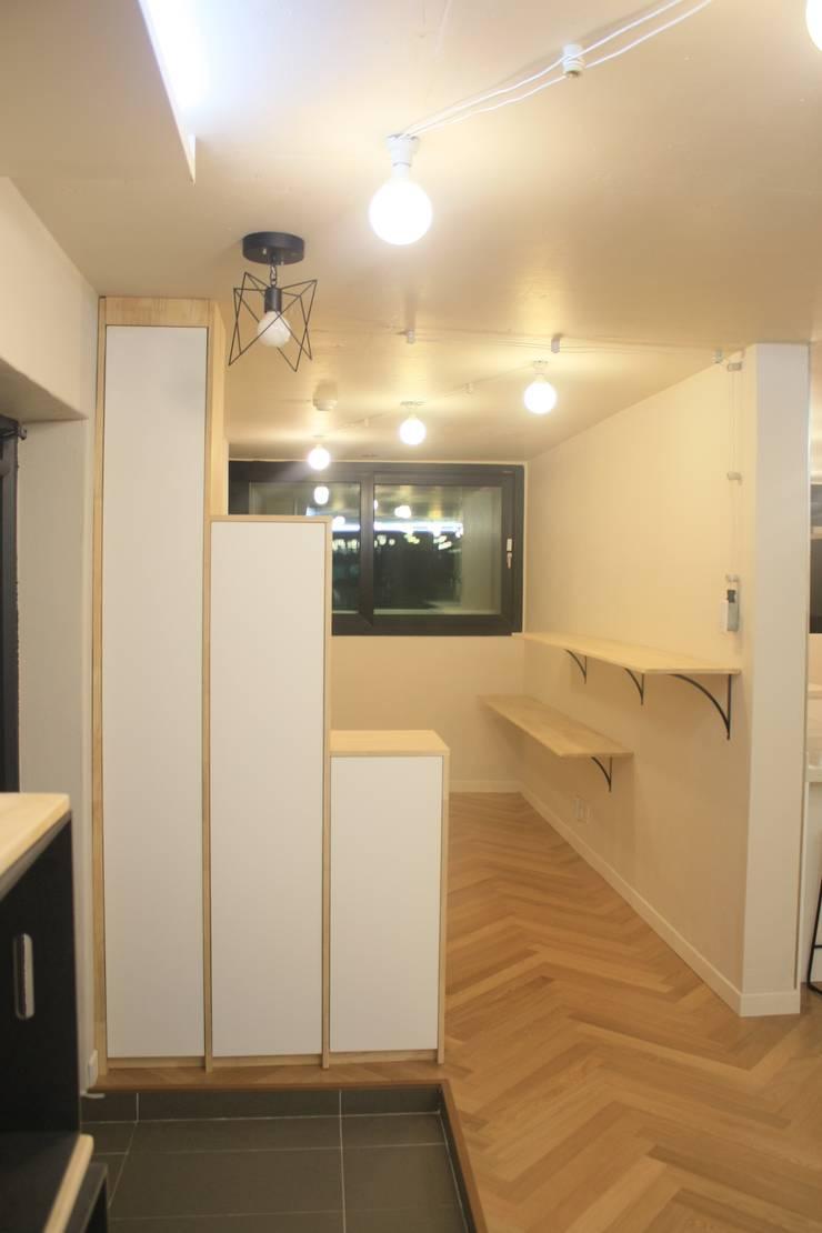 부천 중동 24평 아파트 인테리어 : Old & New Interior의  복도 & 현관