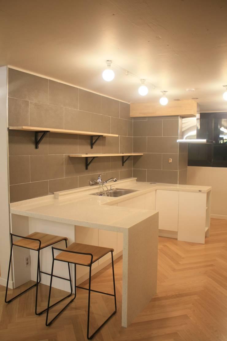 부천 중동 24평 아파트 인테리어 : Old & New Interior의  다이닝 룸