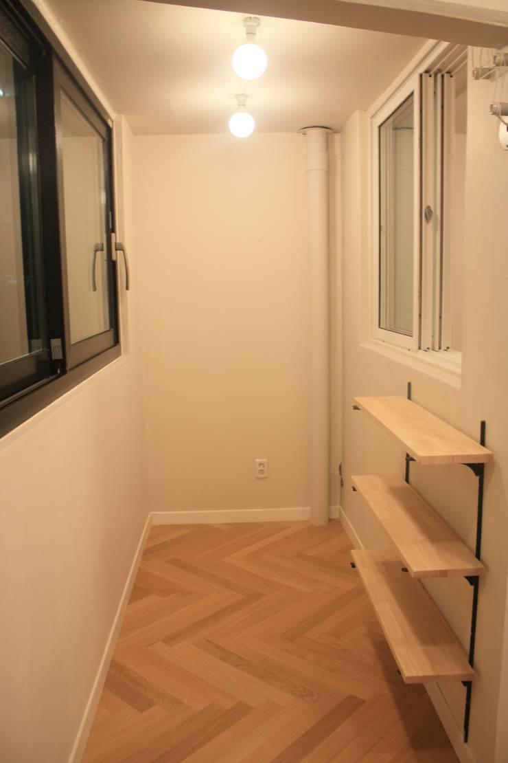부천 중동 24평 아파트 인테리어 : Old & New Interior의  베란다