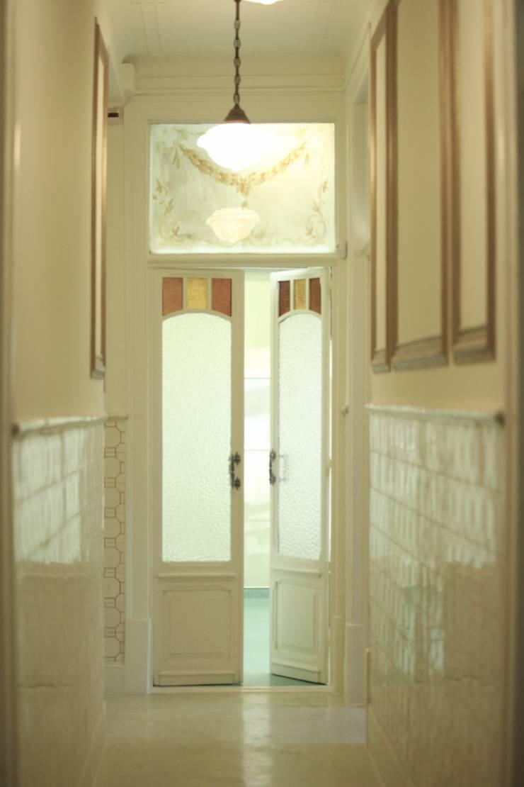 Corredor e portas : Clínicas  por adoroaminhacasa