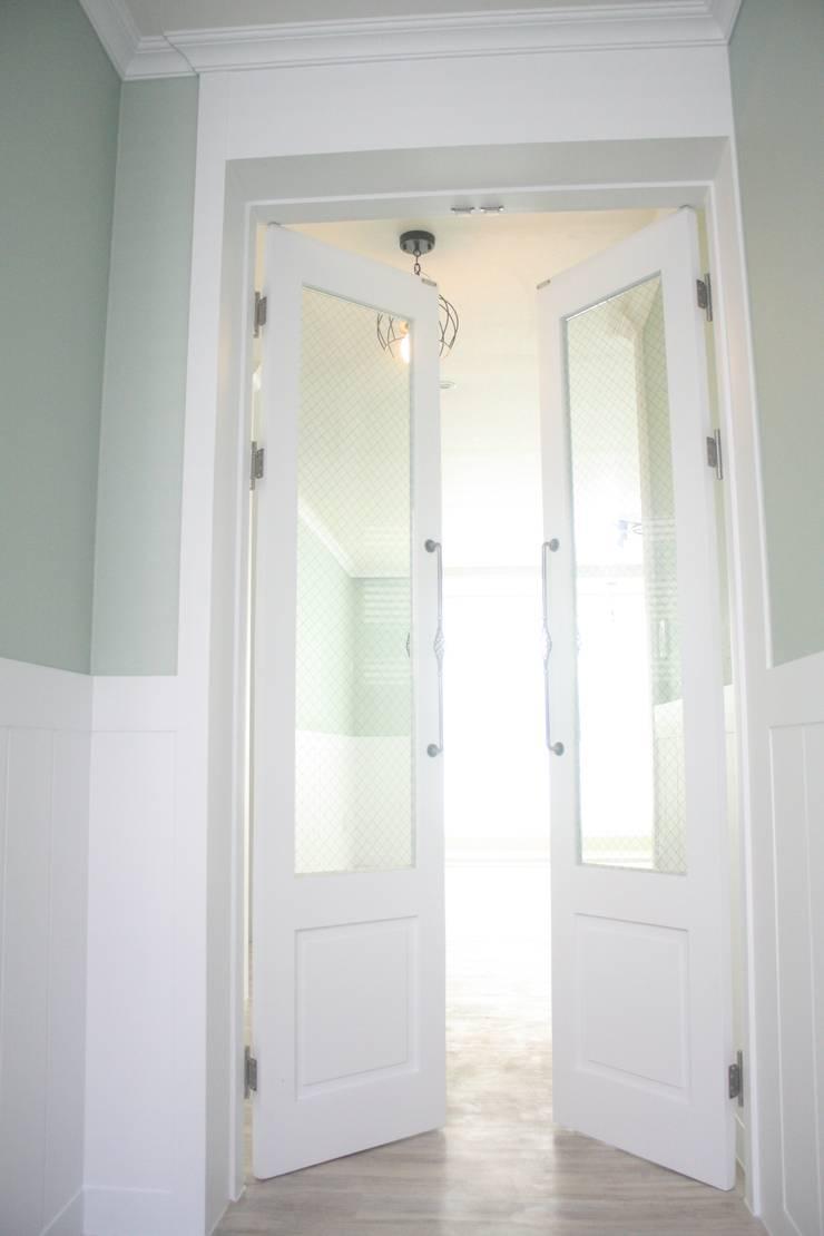 29평 파스텔 화이트 인테리어 : Old & New Interior의  복도 & 현관