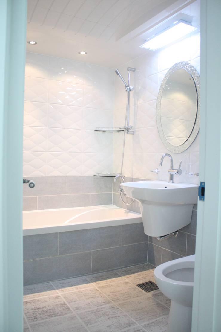 29평 파스텔 화이트 인테리어 : Old & New Interior의  욕실