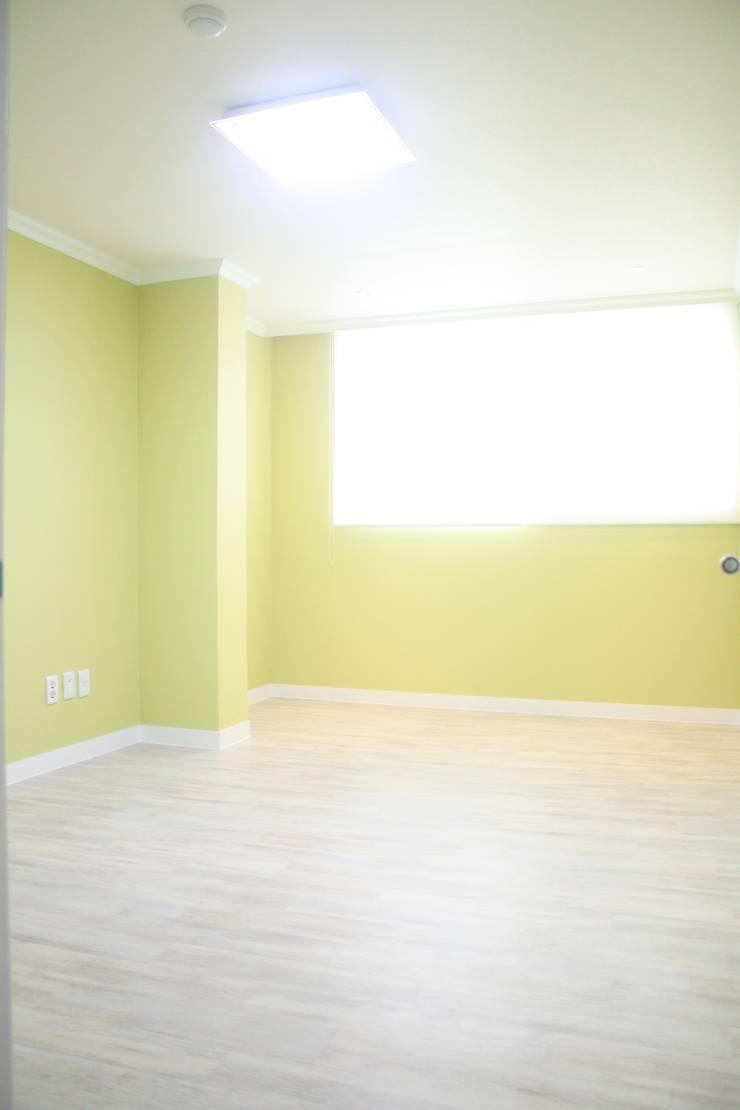 29평 파스텔 화이트 인테리어 : Old & New Interior의  침실