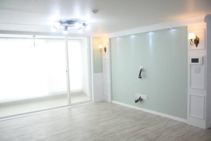 29평 파스텔 화이트 인테리어 : Old & New Interior의  거실