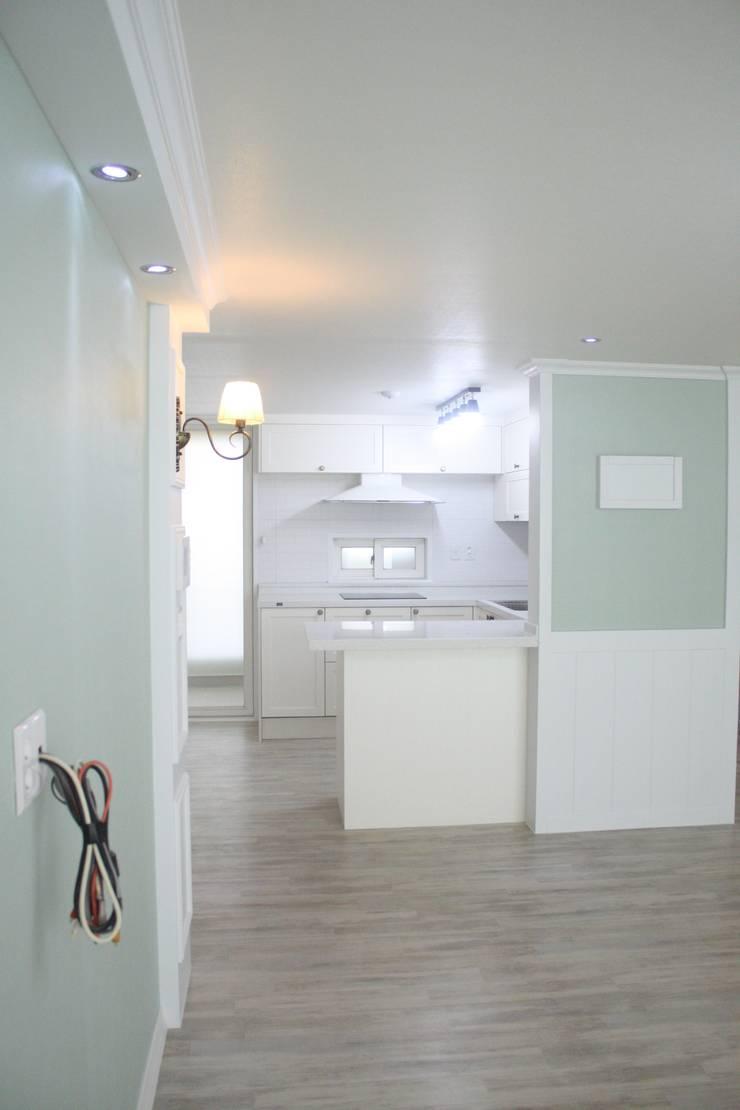 29평 파스텔 화이트 인테리어 : Old & New Interior의  다이닝 룸