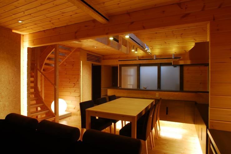 宮川邸: ミズタニ デザイン スタジオが手掛けたダイニングです。,