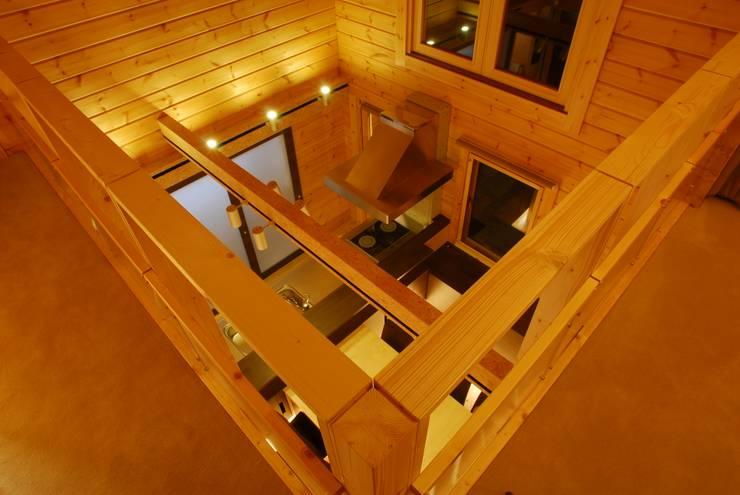 宮川邸: ミズタニ デザイン スタジオが手掛けた廊下 & 玄関です。,