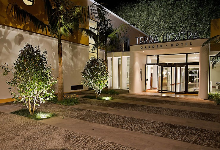 Terra Nostra Garden Hotel, Iluminação de emergência que se funde à sua envolvente: Hotéis  por Aura Light