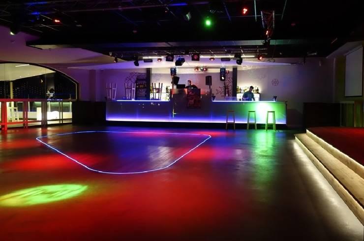 Discoteca Pasarel.la Empuriabrava: Bares y Clubs de estilo  de ruiz narvaiza associats sl