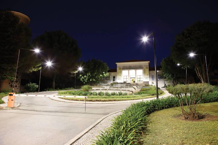 Faculdade de Motricidade Humana – Rigor técnico até na luz: Ginásios  por Aura Light