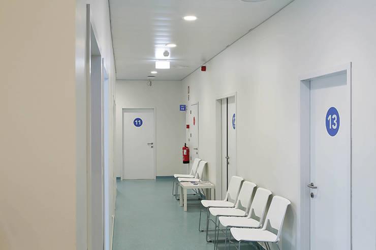 Clínica CUF Sintra – Iluminação a pensar no bem-estar e saúde: Hospitais  por Aura Light