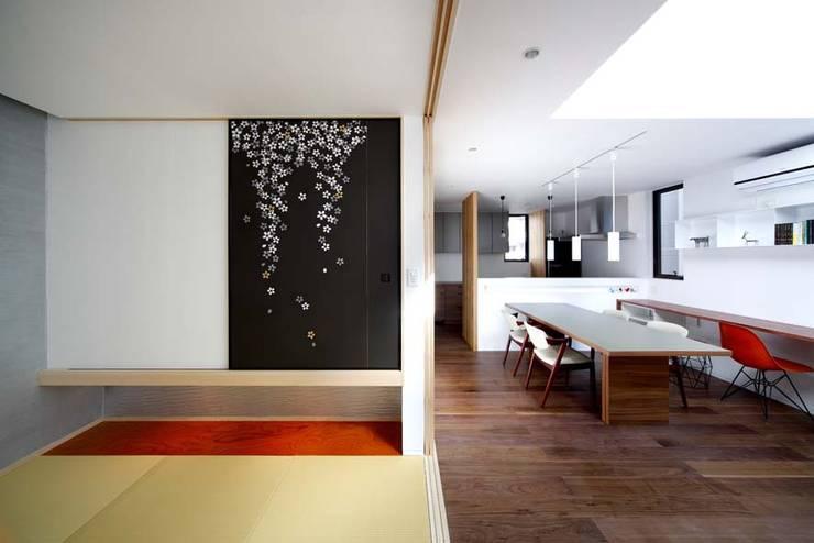 和室/ダイニング: 6th studio / 一級建築士事務所 スタジオロクが手掛けた和室です。