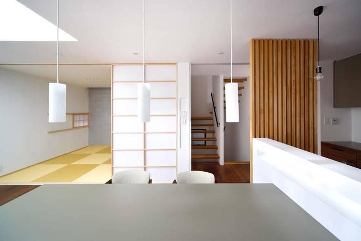 ダイニングから階段/和室をみる。: 6th studio / 一級建築士事務所 スタジオロクが手掛けたダイニングです。