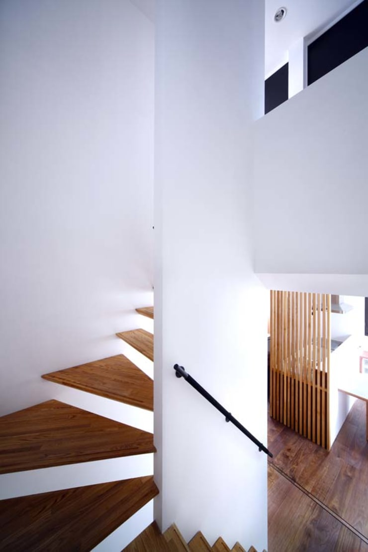 Corridor & hallway by 6th studio / 一級建築士事務所 スタジオロク, Modern