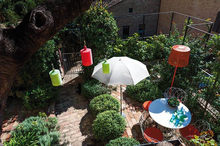 Piccolo giardino di città: Giardino in stile  di Giardini Giordani