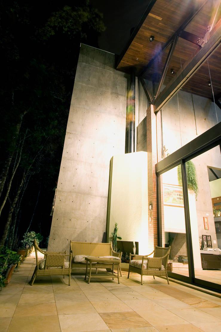 Residência em condomínio: Casas rústicas por Central de Projetos