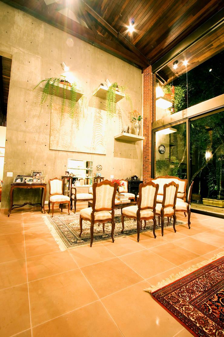 Residência em condomínio: Salas de estar rústicas por Central de Projetos