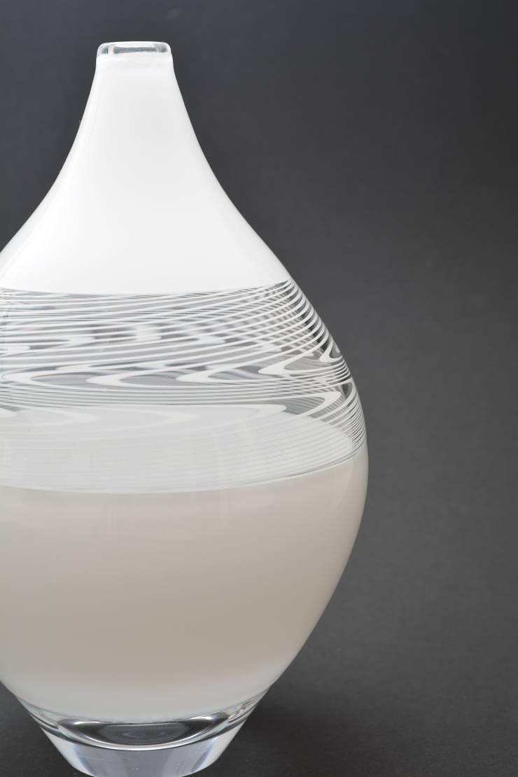 流水文《白》: ガラス工房るんが手掛けた家庭用品です。,