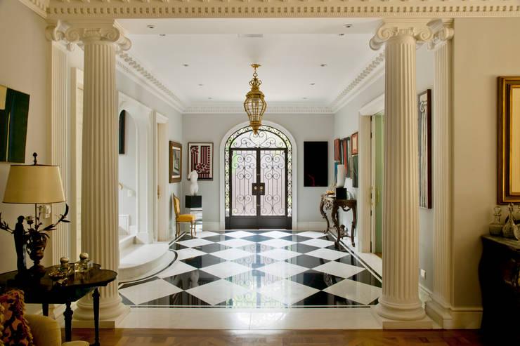 French Chateaux: Corredores e halls de entrada  por Allan Malouf Arquitetura e Interiores