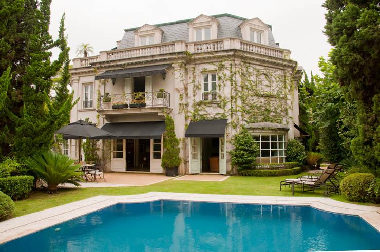 French Chateaux: Casas clássicas por Allan Malouf Arquitetura e Interiores