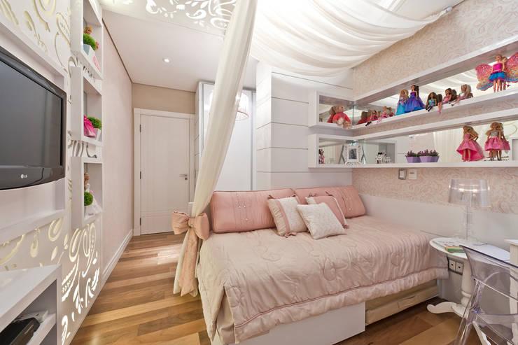 Quarto Menina: Quarto infantil  por Heller Arquitetura e Interiores