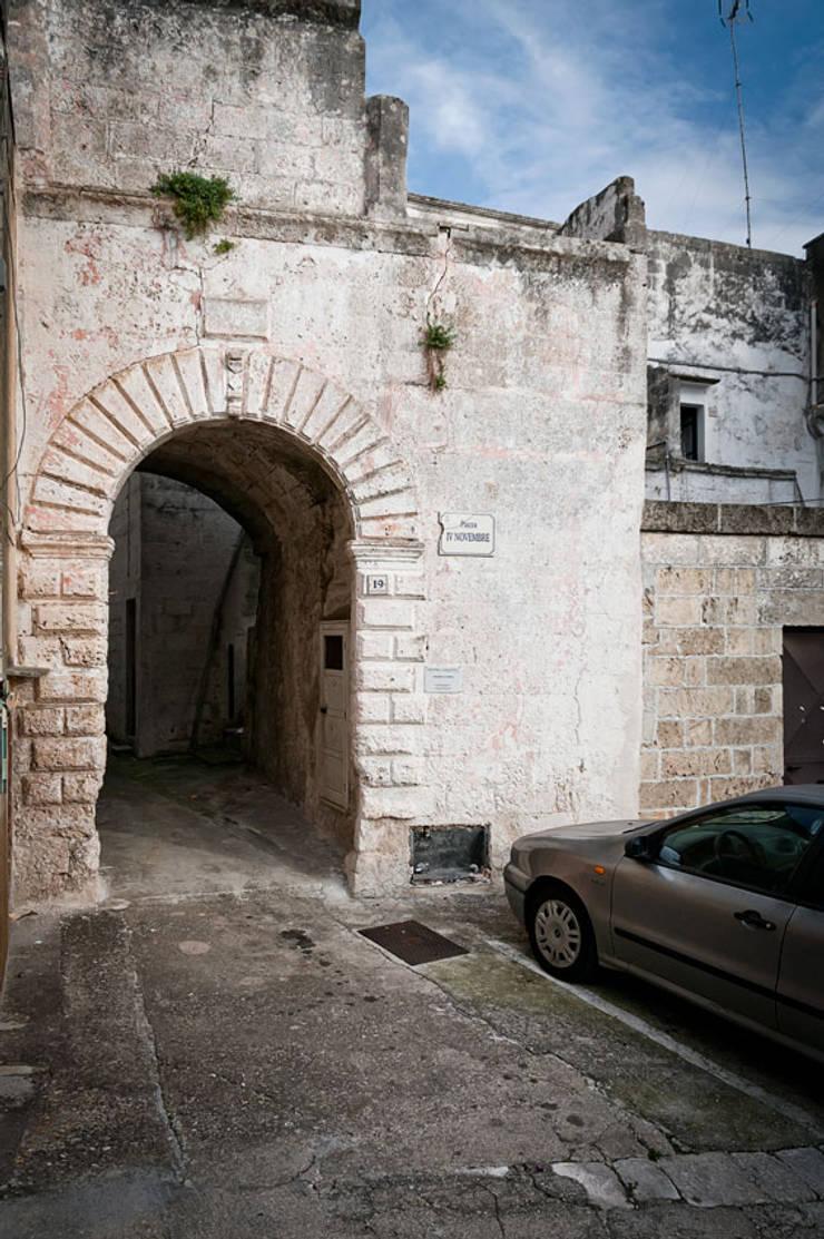 Casa <q>La Corte</q>:  de estilo  por Paolini Arquitectos