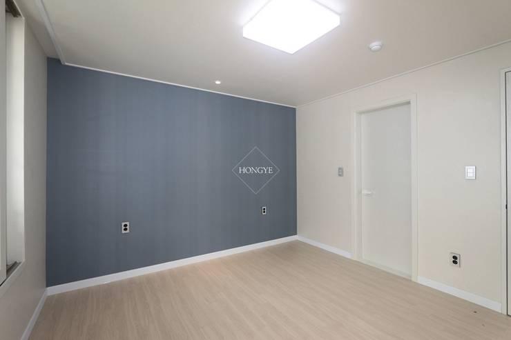 모던하고 깔끔한 느낌의 27평 아파트 인테리어: 홍예디자인의  침실,모던