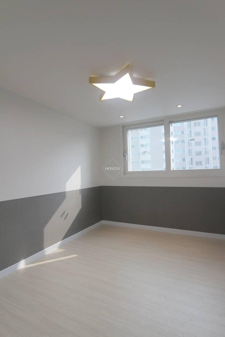 모던하고 깔끔한 느낌의 27평 아파트 인테리어: 홍예디자인의  아이방,모던